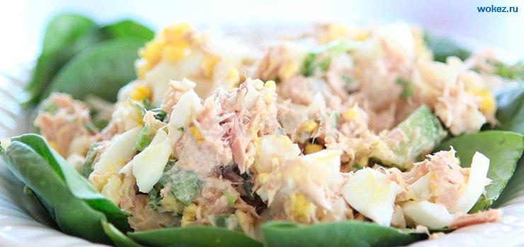 салат с тунцом на завтрак и конвертики с курицей