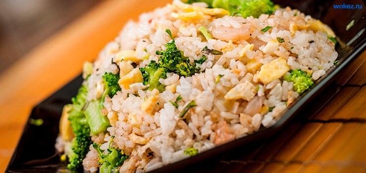 рис, приготовленный с овощами, яйцом и креветками